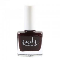 Manucure rouge-noir avec un vernis à ongles naturel, français et végan