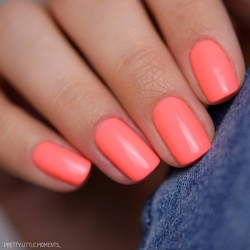 Ongles rose fluo