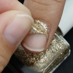gold glitters on nails