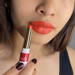 Rouge orangé appliqué sur les lèvres